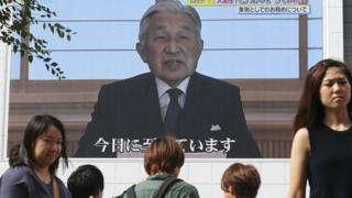 Japon İmparatoru Akihito ekrandan halka sesleniyor.