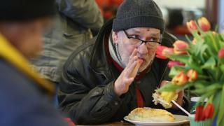 Безработный в пункте раздачи еды
