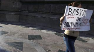 Mujer con una pancarta contra la impunidad durante una protesta en México.