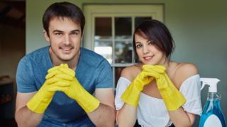 Pareja con utensilios de limpieza