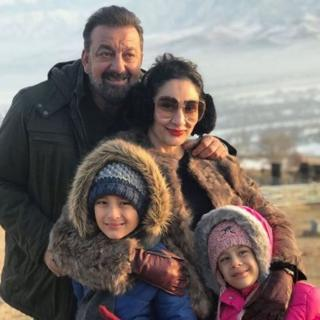 संजय दत्त अपने परिवार के साथ