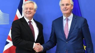 握手を交わすデイビス英ブレグジット担当相(左)とEUのバルニエ首席交渉官