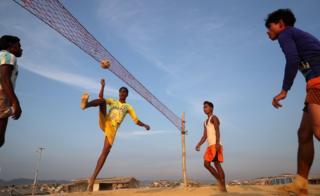 Rohingya refugees play Chinlone