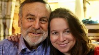 Le Dr Rachel avec son père Mark Randall