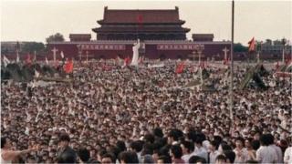 4 जून 1989 च्या मध्यरात्री तियानानमेन चौकात रणगाडे घुसवण्यात आले होते. तियानानमेन चौकातील हिंसक दडपशाहीमध्ये 10 हजार लोक ठार झाल्याचं सांगितलं जातं.