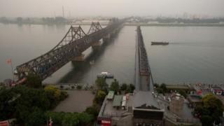Daraja la mto Yalu karibu na Dandong, linalotumiwa sana kupitisha bidhaa kati ya China na Korea kaskazini