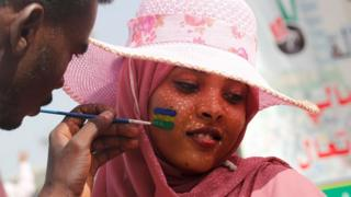 متظاهرة أمام مقر الجيش في العاصمة السودانية الخرطوم