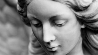 ağlayan qadın heykəli