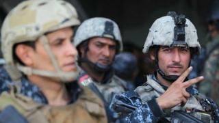 Miembros de las fuerzas de seguridad iraquíes celebran la victoria en Mosul