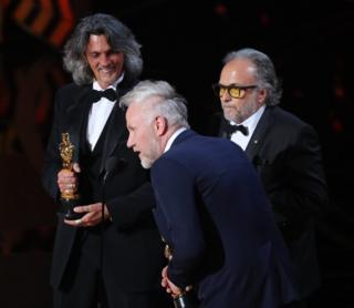 """Алессандро Бертолацці, Джорджіо Ґреґоріні і Крістофер Нельсон отримують нагороду за найкращий грим - за фільм """"Загін самогубців""""."""