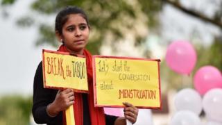 تلميذة تشارك في مسيرة لليوم العالمي للطمث في نيودلهي، الهند 28 مايو/أيار