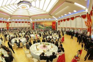 木蘭館宴會場的祝捷宴會(朝中社2017年9月10日發放圖片)