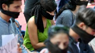 Para aktivis melakukan protes di New Delhi, Jumat (09/08) menentang dicabutnya status khusus Kashmir.