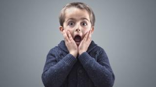 Dečak koji je iznenađen