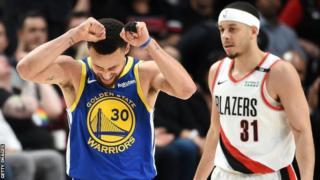 Stephen Curry (ibumoso) na murumuna we Seth (iburyo). Bwari bwo bwa mbere abavandimwe bahuriye ku mikino ya nyuma ya NBA