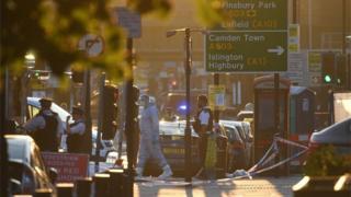 Polícia isolou rua em Finsbury Park onde vários pedestres foram atropelados por van