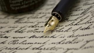 Ручка рядом с листом бумаги с рукописным текстом