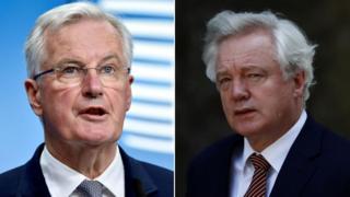 Uwuhagarariye ibiganiro ku ruhande rwa UE Michel Barnier (i bubamfu) hamwe n'uwugarariye Ubwongereza muri Brexit, David Davis