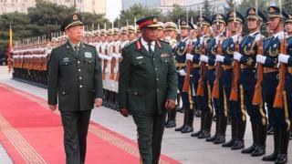 Tướng Lý Tác Thành, ủy viên Quân ủy Trung ương Trung Quốc, đón tiếp tướng Zimbabwe