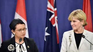 Australian foreign minister Julie Bishop (R) with her Indonesian counterpart Retno Marsudi (L)
