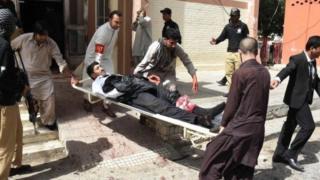 Saldırıda yaralananlardan biri hastaneye kaldırılıyor