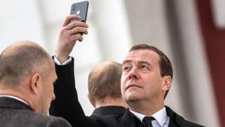 Дмитрий Медведев с айфоном