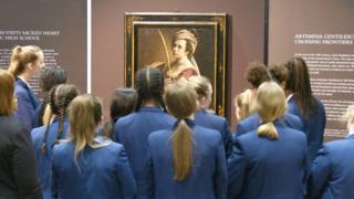 Sacred Heart students looking at Artemisia Gentileschi self-portrait