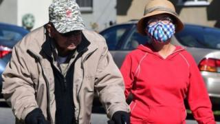 مواطنون أمريكيون يرتدون أقنعة خوفا من فيروس كورونا