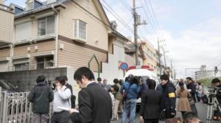 ผู้สื่อข่าวพากันไปทำข่าวกรณีพบชิ้นส่วนมุนษย์มากมายที่อพาร์ทเมนท์ชานกรุงโตเกียว วันนี้