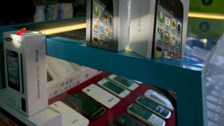 mercado en Birmania con teléfonos falsificados
