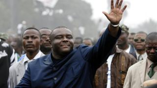 DR Congo's Jean Pierre Bemba walks surrounded by his security detail and with around 20,000 people along the main highway in Kinshasa on 27 July 2006 before reaching a campaigning rally.