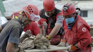 Mulher é resgatada uma semana depois de permanecer debaixo dos escombros no Haiti em 2010