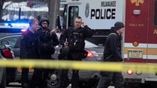 Полиция и сотрудники спасательных служб на месте происшествия
