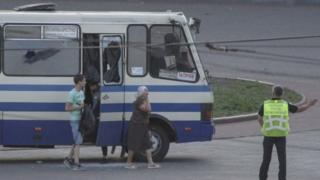Os três primeiros reféns sendo libertados do ônibus