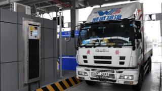 香港当局希望港珠澳大桥可帮助陆路物流业减低运输成本,但大桥开通后货柜车车流量远不及最初预期。
