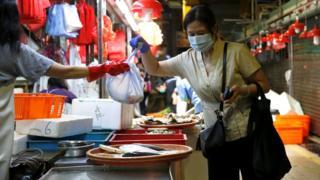 """《香港新冠疫情""""未受控"""" 政府公务员再被请回家》"""