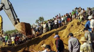 People search for the miners killed by landslide at Hpakant jade mining area, Kachin State, northern Myanmar, 22 November 2015.