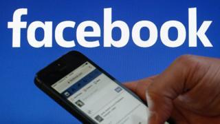 Teléfono celular con el logo de Facebook