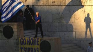 Un persona protesta por los recortes en Grecia.