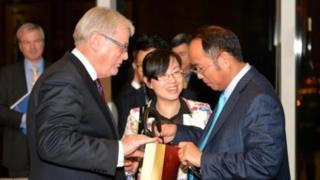 Ông Hoàng Hướng Mặc cùng nguyên Bộ trưởng Thương mại Andrew Robb tại Hong Kong năm 2014, năm hiệp định thương mại tự do Trung Quốc được ký kết.