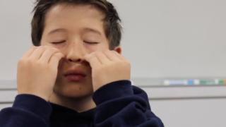 Niño practicando tapping