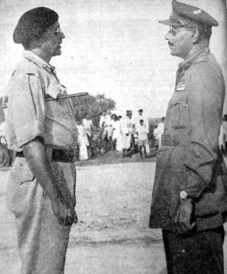 जनरल अल-इदरोस (दायें) जनरल चौधरी के आगे हथियार डालते हुए