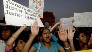 Des activistes indiens réclamant un nouveau procès de neuf hommes acquittés pour le meurtre de Jessica Lal, une femme de 32 ans, dans un bar de Delhi en 1999.