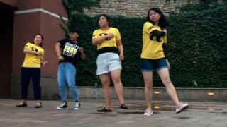 चीन में आमिर खान के फ़ैंस 'दंगल' फ़िल्म के एक गाने पर नाचते हुए.