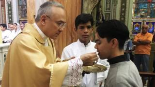 Edgar Peña Parra en una misa.
