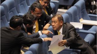 ภูมิใจไทยและ ปชป เป็น 2 พรรคการเมืองที่ยังไม่ประกาศจุดยืนร่วมรัฐบาล แต่ได้ลงมติสนับสนุนญัตติของ พปชร
