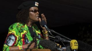 Madamu Mugabe aregwa gukubita umunyamideli akoresheje urusinga rukoreshwa mu gucomeka ku mashanyarazi
