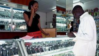 Rimwe mu maduka acururizwamo telefone zigendanwa yo mu mujyi wa Kigali