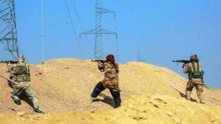 Dagaallamayaasha kooxda la magac baxday dawladda islaamiga oo Deir al-Zour kula dagaallamaya askarta Suuriya.
