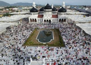 Acehnese Muslims pray during Eid al-Fitr celebrations at Baiturrahman Grand Mosque in Banda Aceh, Indonesia, 15 June 2018